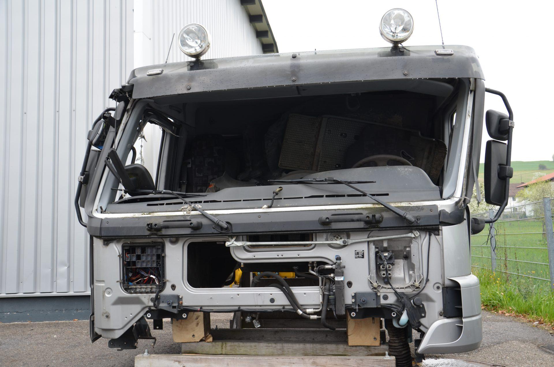 Kaputtes-Fahrerhaus-Spenglerarbeiten-Dienstleistungen