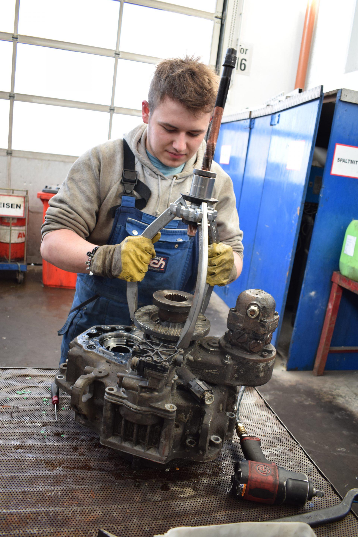 Zerlegen-der-Nachschaltgruppe-Motor- & Getriebeinstandsetzung
