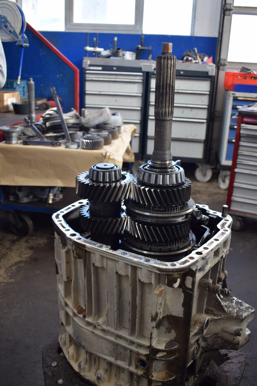 Zerlegen-vom-Hauptgetriebe-Motor- & Getriebeinstandsetzung